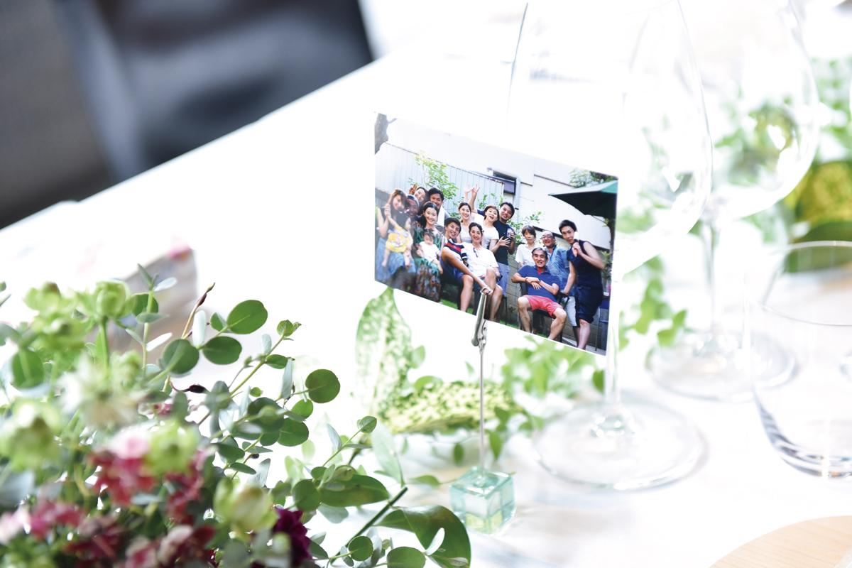 ゲストのテーブルにそれぞれ想い出の写真を飾っておもてなし。
