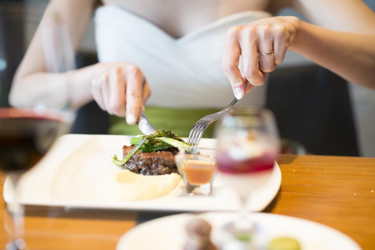 お肉料理が有名なルビージャックスのメイン料理は最高級品質。主役のお二人もしっかりお召し上がり下さい♪