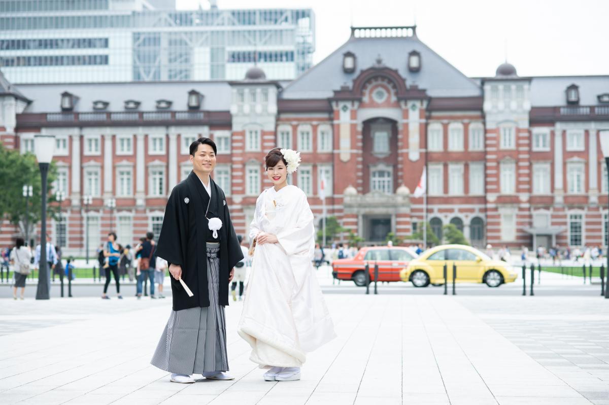 神社へ出発する前に東京駅をバックにロケーション撮影を。