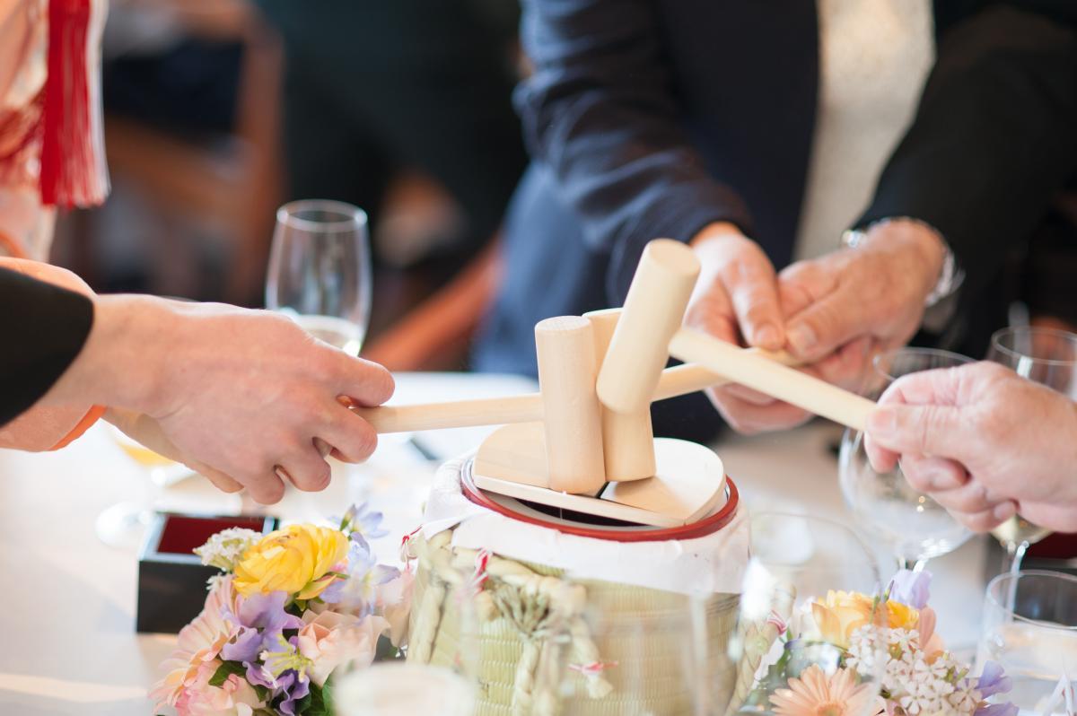 ゲストテーブルにミニ樽を用意、樽を開きながらテーブルラウンド。和装に似合う演出です。