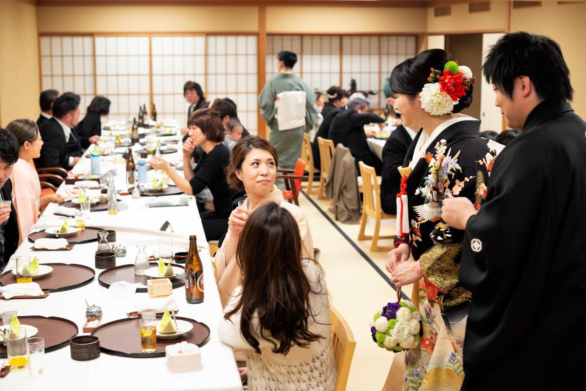 3階大広間での披露宴風景、ゲストとの距離も近く終始和やかな雰囲気です