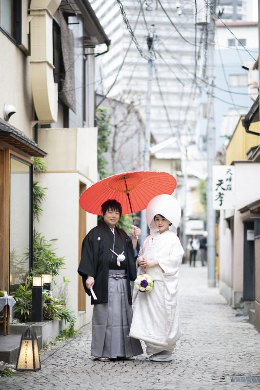 神社への道中、神楽坂ならではの石畳で記念撮影を