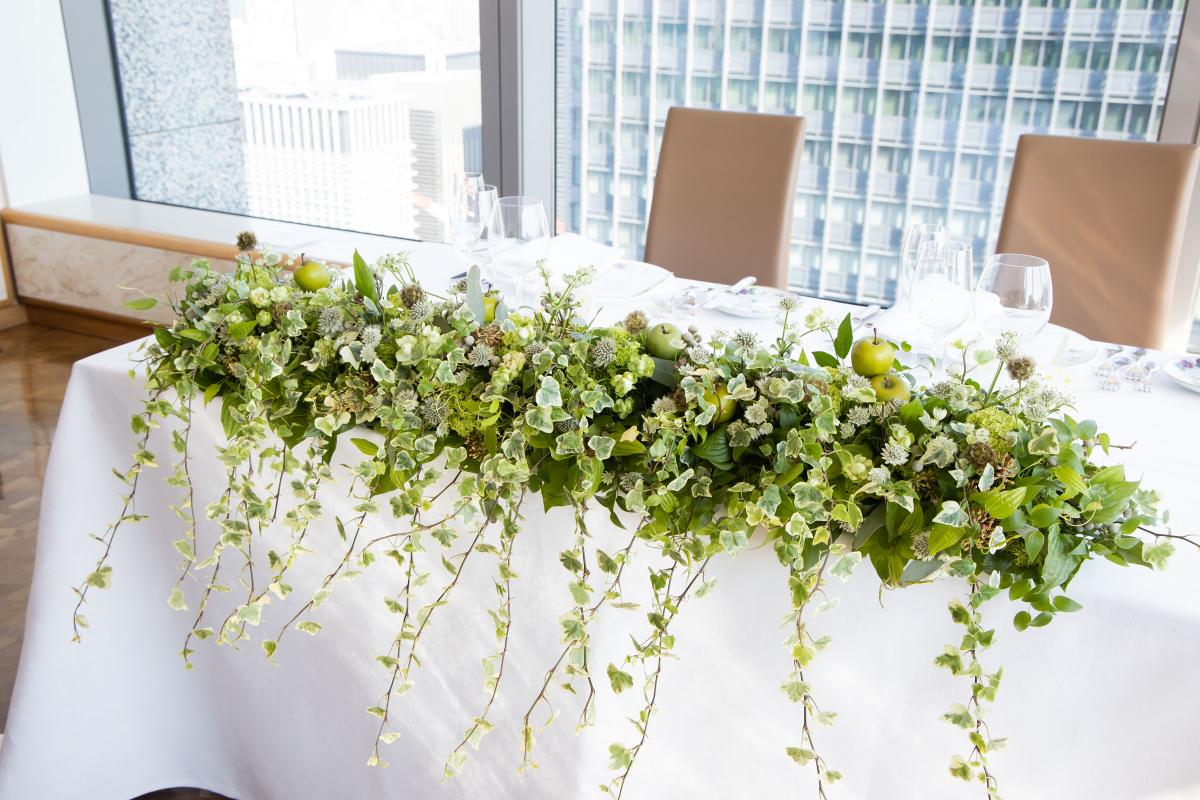 グリーンを中心にしたナチュラルなメインテーブル装花