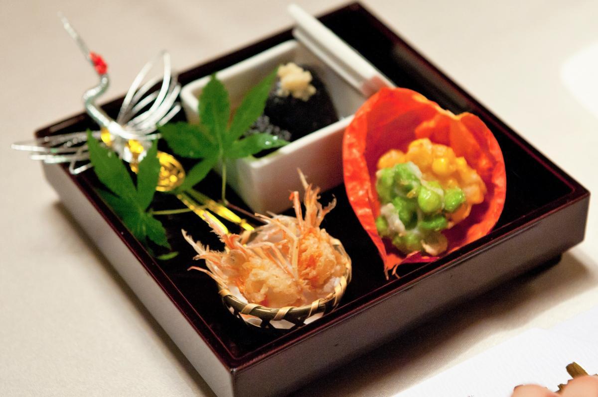 前菜の一例、鶴の水引きがお祝いの膳を引き立てます