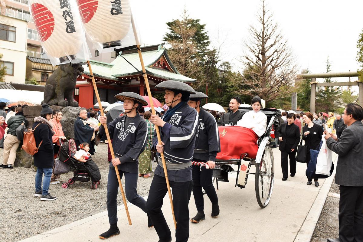 【提携神社:浅草神社】神社まで人力車で移動、浅草の方々からおめでとうの声をたくさん頂けます