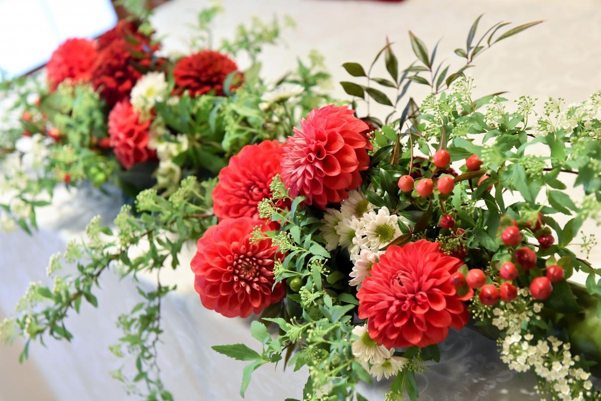 赤いダリアとグリーンの小花のアレンジ