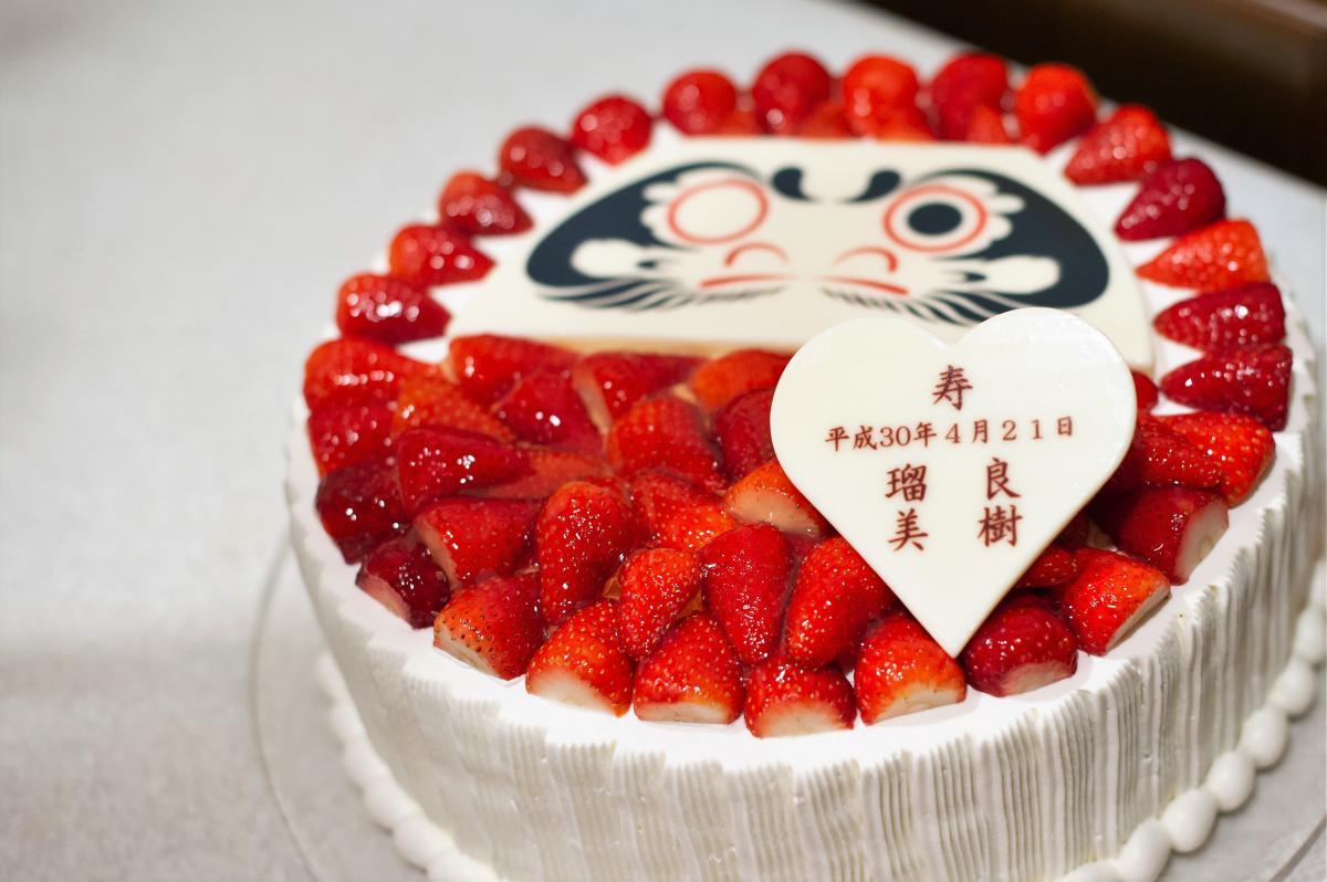 ウェディングケーキもご用意可能。だるまに目入れをする「だるまケーキ」が人気