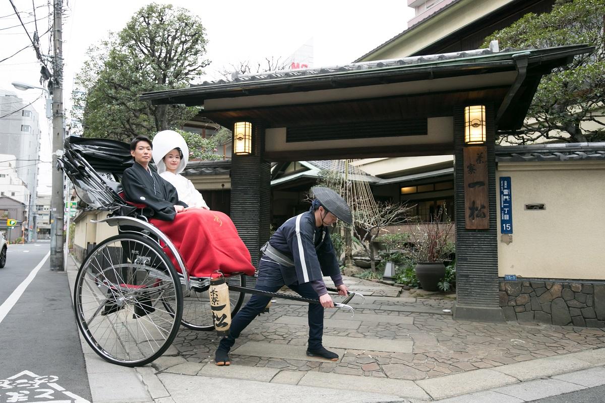 浅草ならでは!人力車で神社へ移動も可能。結婚式の記念に