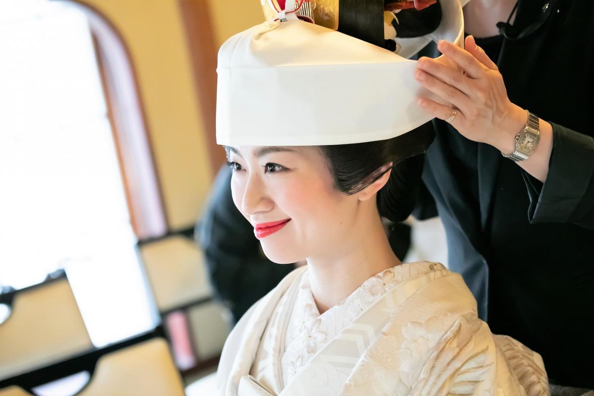かつらに角隠し、日本の伝統スタイルで挙式に臨みます