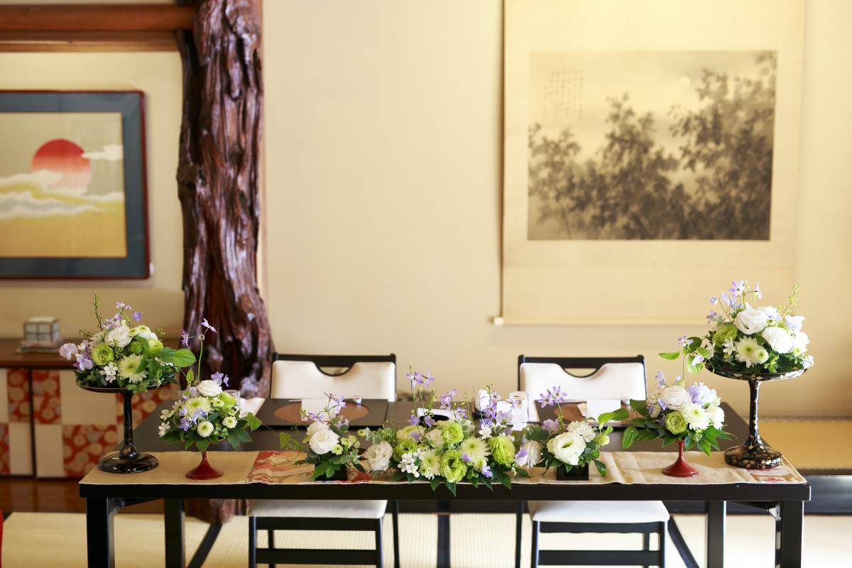 明るい陽射しが差し込む大広間。メインテーブルもすっきりとした大人の雰囲気が◎