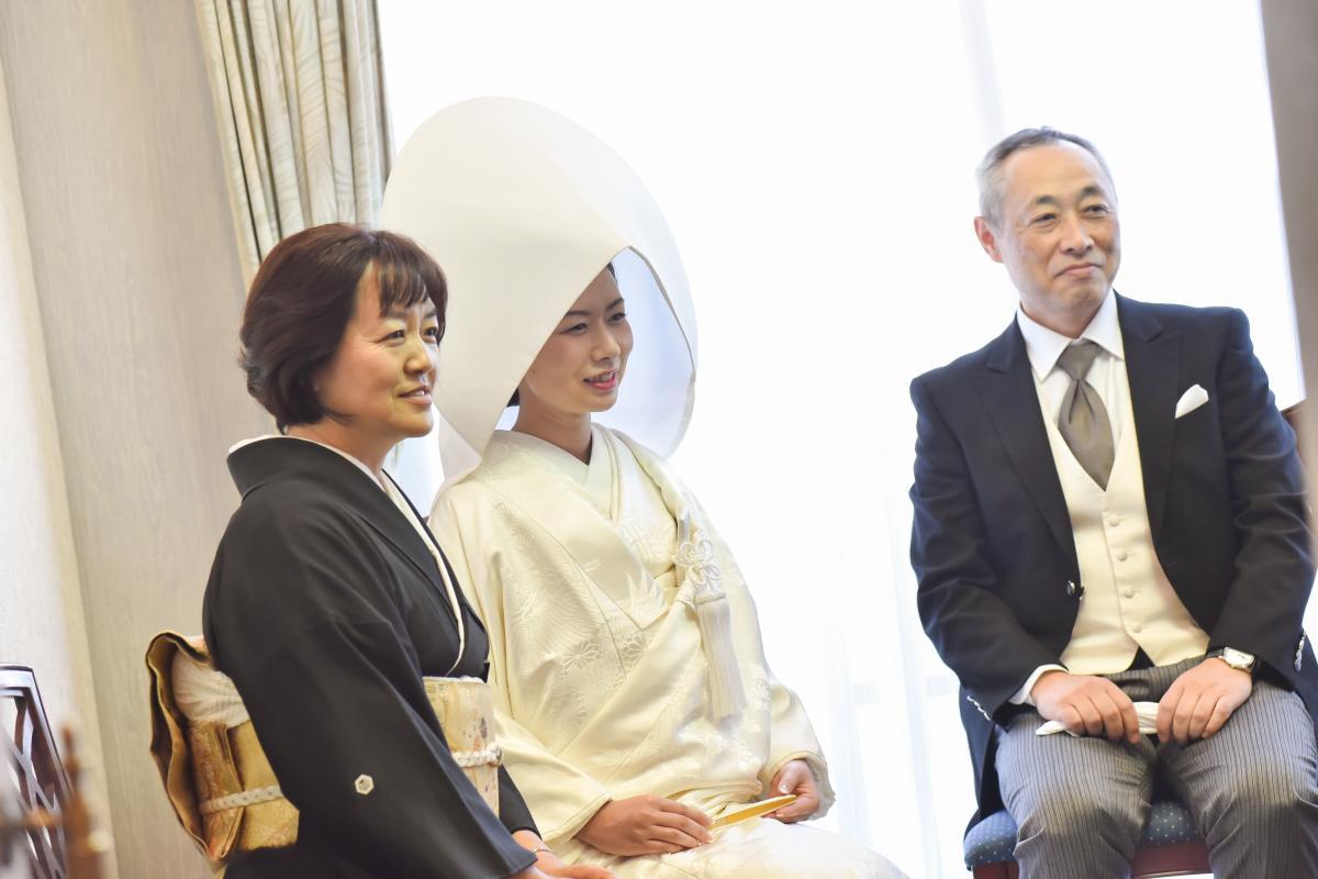 【神社挙式/日枝神社】挙式前、控室にて両親との温かなひととき
