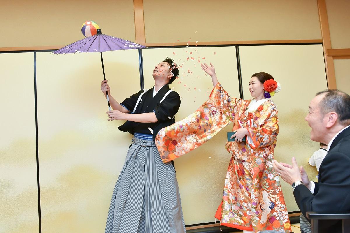新郎新婦からゲストへ!晴れの日に相応しい傘回し&紙吹雪