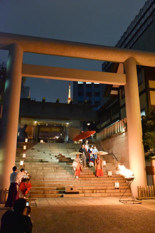 【神社挙式/芝大神宮】神明に包まれる篝火挙式。背景には東京タワー