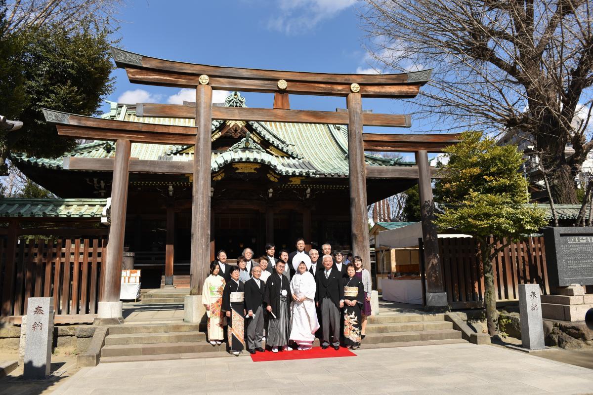 【神社挙式/牛嶋神社】本殿の前で家族と集合写真撮影を。