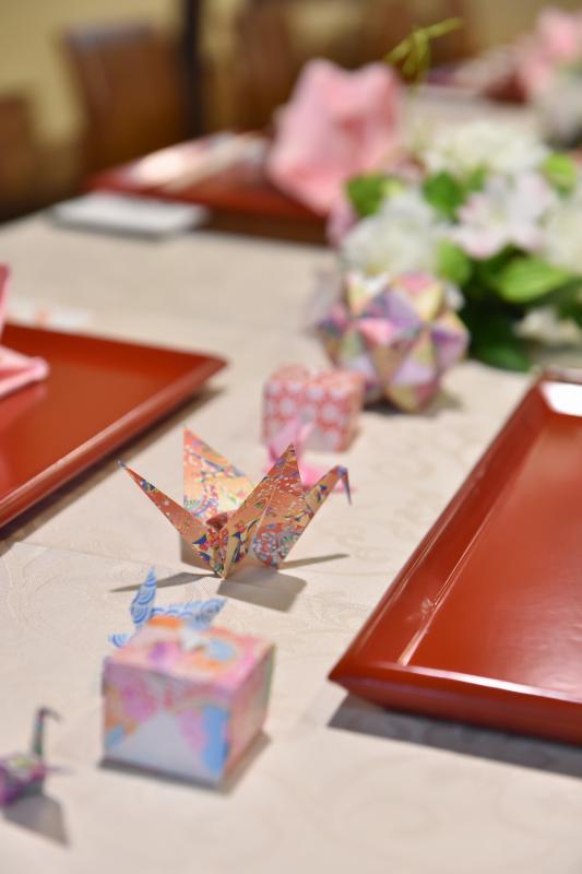 和紙の折り鶴で和の雰囲気を一層華やかに。手作りの小物アイテムはお持込歓迎です!