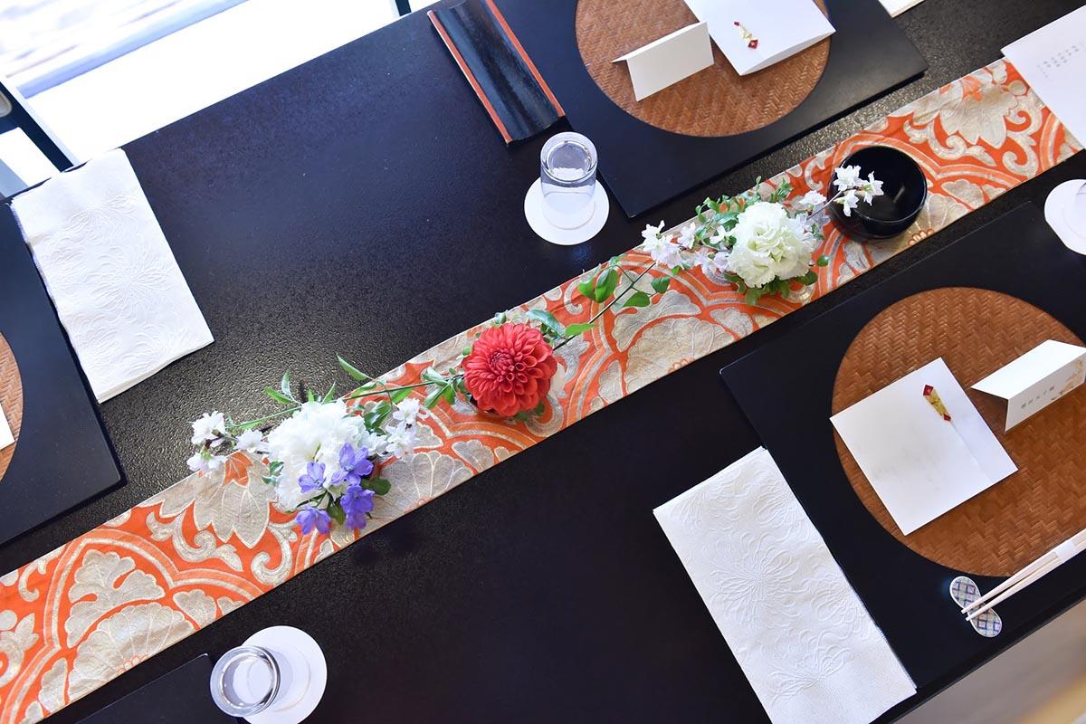 ゲストテーブルの装飾は控えめに。和婚の美しさが光ります。